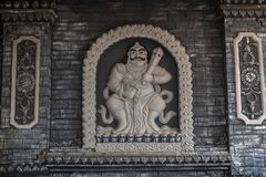 Jambi, Indonesië - Oktober 7, 2018: Gesneden standbeeld van Boeddhistische deity op de muren van Vihara Satyakirti stock fotografie
