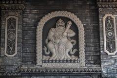Jambi, Indonesia - 7 de octubre de 2018: Estatua tallada de la deidad budista en las paredes de Vihara Satyakirti fotografía de archivo