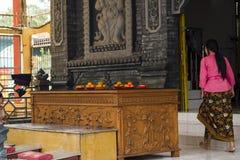 Jambi, Indonesien - 7. Oktober 2018: Eine Frau, die das Vihara für das Beten betritt lizenzfreie stockfotografie