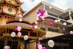 Jambi Indonesien - Oktober 7, 2018: Luftballonger släpptes under en beröm i en kinesisk beröm royaltyfri bild
