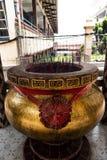 Jambi, Indonesien - 7. Oktober 2018: Riesiger Räucherstäbchentopf mit rotem Räucherstäbchen am chinesischen Tempel stockfotografie