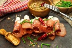 Jambon allemand légèrement coupé en tranches de forêt noire avec du pain coupé en tranches de ciabatta jambon coupé en tranches e Image libre de droits