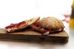 Jambon de Bellota sur la table en bois photo stock