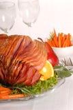 Jambon de Pâques avec le fruit et les raccords en caoutchouc Photographie stock