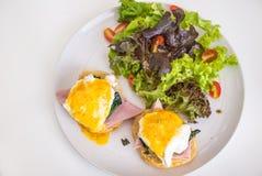 Jambon de petit déjeuner, pain d'oeufs et salades images stock