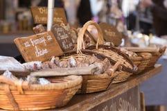 Jambon de Somglier em um mercado francês fotos de stock royalty free