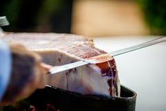 Jambon dinant l'apetizer, coupe humaine de tranche de main Images stock