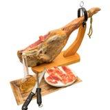 Jambon espagnol de serrano sur la jambe avec le support en bois Images libres de droits