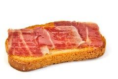 Jambon espagnol de serrano sur la tranche de pain blanc Images libres de droits