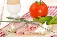 Jambon et aneth sur un pain croustillant de tranche image libre de droits