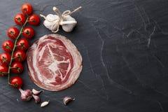Jambon ou jamon espagnol de serrano sur le fond en pierre Photo stock