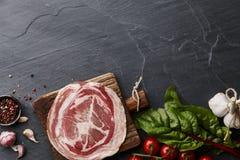 Jambon ou jamon espagnol de serrano sur le fond en pierre Photographie stock libre de droits