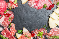 Jambon, prosciutto et salami italiens avec le melon Image stock