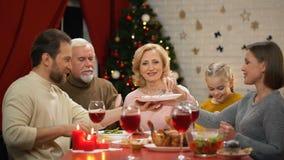 Jambon traditionnel de Noël d'échantillon de famille, parents heureux passant le temps de vacances banque de vidéos