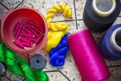 Jamdani莎丽服洋红色摇摆手摇纺织机卷 库存图片