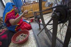 Jamdani莎丽服洋红色摇摆手摇纺织机卷 免版税库存图片