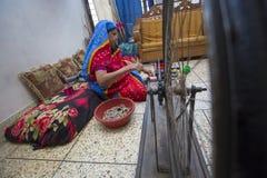 Jamdani莎丽服洋红色摇摆手摇纺织机卷 免版税图库摄影