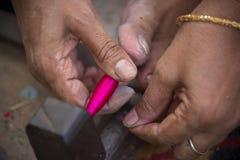 Jamdani sari pracownik stacza się różową huśtawkową rolkę Obrazy Stock