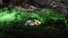 Jameos del Agua i Lanzarote, grotta av det vulkaniska ursprunget exponerad med klartecken och en sjöinsida arkivfoton
