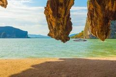 James πάρκων AO Phang Nga εθνική άποψη νησιών δεσμών από τη σπηλιά Στοκ Φωτογραφίες