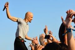 James (banda de rock británico de Manchester) canta cerca de la audiencia Fotografía de archivo