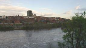 James River Flows Quietly por horizonte c?ntrico de la ciudad y edificios de Lynchburg Virginia almacen de metraje de vídeo