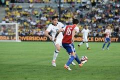 James Rodriguez 10 und Celso Ortiz, der für den Ball kämpft Lizenzfreie Stockbilder