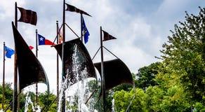 Jamestown Förenta staterna - Augusti 8, 2015: Flaggor i commemoren royaltyfri fotografi