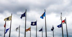 Jamestown Förenta staterna - Augusti 8, 2015: Flaggor i commemoren royaltyfri foto