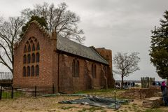 Jamestown Virginia - mars 27, 2018: Jamestown minnesmärkekyrka som konstruerades i 1906 Arkivbild