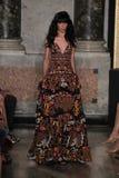 Jamie Bochert modèle marche la piste à l'exposition d'Emilio Pucci en tant que partie de Milan Fashion Week Image stock
