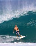 Jamie O'brien che pratica il surfing un'onda alla conduttura Hawai Fotografia Stock