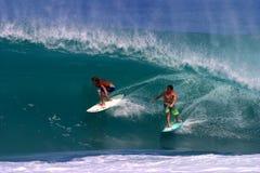 Jamie O'brien e Chapman di Kalani che pratica il surfing un'onda Fotografie Stock Libere da Diritti