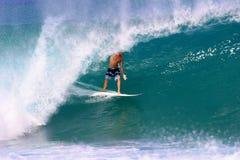 Jamie O'brien que practica surf en la tubería Imagenes de archivo