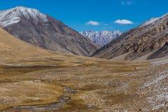 Jammu, il Kashmir e Ladakh - cieli blu e montagne bianche fotografie stock libere da diritti