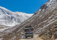 Jammu, Kaschmir und Ladakh - blaue Himmel und weiße Berge stockbild