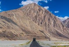 Jammu, Kaschmir und Ladakh - blaue Himmel und weiße Berge stockfotografie