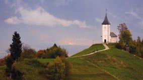 Jamnik, Словения - панорамный вид над церковью St Primoz в Словении около Jamnik с красивыми облаками и юлианские Альп на b акции видеоматериалы