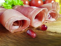 Jamon木板西红柿石榴,五谷,食物 免版税库存照片