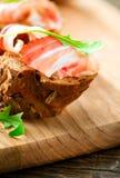 Jamon Φέτες του ψωμιού με το ισπανικό ζαμπόν serrano Στοκ Εικόνες