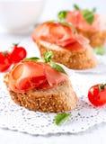 Brood met Spaanse Ham Serrano stock afbeelding