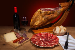 Różni hiszpańscy embutidos na stole Obrazy Stock