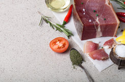 Jamon con las hierbas y especias, sal, aceite de oliva y tomates en sto Imagenes de archivo