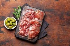 西班牙jamon,熏火腿crudo,意大利蒜味咸腊肠,帕尔马火腿 图库摄影