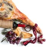 Jamon curou espanhóis, vinho e uvas, vista superior Foto de Stock Royalty Free