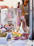 Jamon et olives au marché Image libre de droits