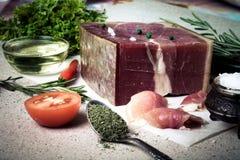 Jamon mit Kräutern und Gewürze, Salz, Olivenöl und Tomaten auf sto Stockfoto