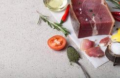 Jamon mit Kräutern und Gewürze, Salz, Olivenöl und Tomaten auf sto Stockbilder