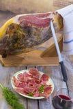 Jamon Serrano de Jamon Fim espanhol tradicional do presunto acima Seque o presunto espanhol curado da carne de porco em uma placa fotos de stock