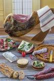 Jamon Serrano de Jamon Fim espanhol tradicional do presunto acima Seque o presunto espanhol curado da carne de porco em uma placa Foto de Stock